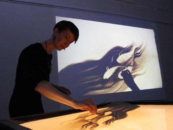 Показательное выступление Надежды Валовой на фестивале песочной анимации «Дюны» в Кургане.